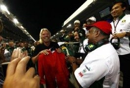 Richard Branson, da miliardario ad…assistente di volo!