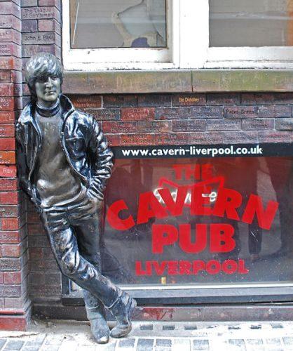 La statua di John Lennon all'esterno del Cavern Pub