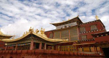 """Tibet: in fiamme il """"paradiso terrestre"""" di Shangri-la"""