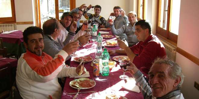 Galateo a tavola le 10 regole di bon ton pi strane al - Regole del galateo a tavola ...