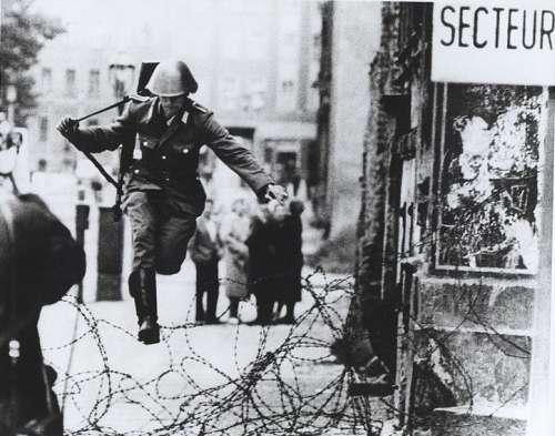 La celebra foto che immortala il sodato della DDR che fugge ad ovest durante la costruzione del muro.