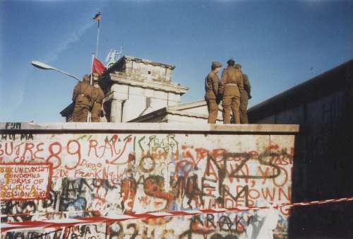 Soldati a guardia del muro durante la guerra fredda