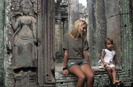 Zilla in un tempio asiatico con una bambina del luogo...