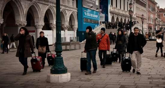 Turisti con trolley a Venezia: multa in vista?