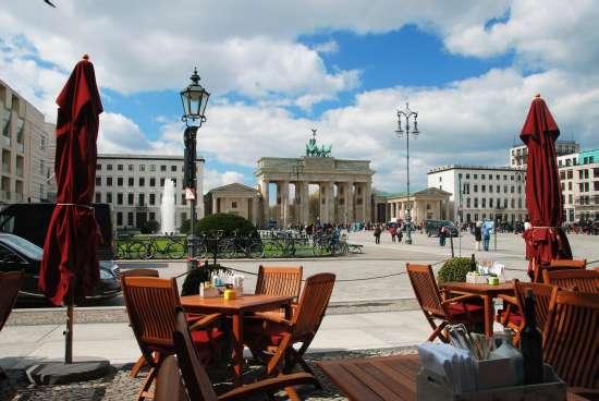 Bar e tavolini di fronte alla Porta di Brandeburgo