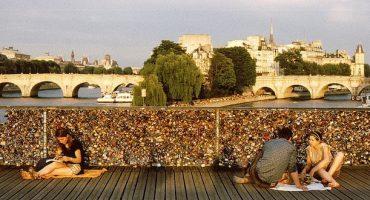 Parigi, via i lucchetti dell'amore dal Pont des Arts