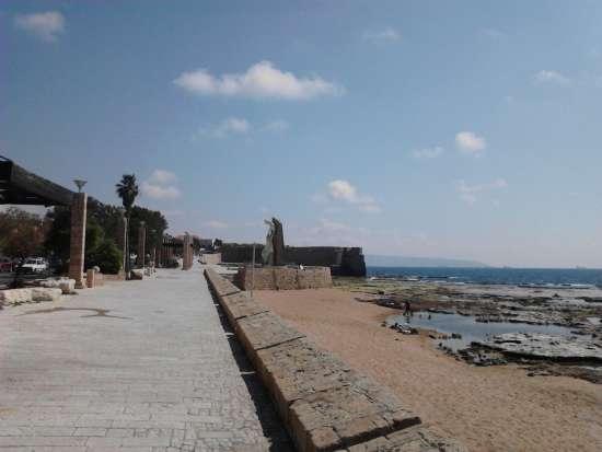 Il litorale di Acri con le mura sullo sfondo