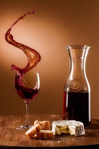 I simboli della cucina francese: vino, baguette e formaggio
