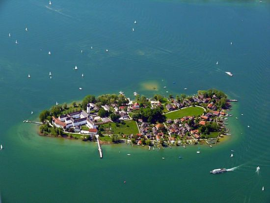 640px-Chiemsee_Fraueninsel