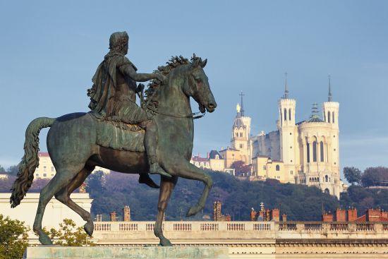 Statua di Luigi con Basilica sullo sfondo